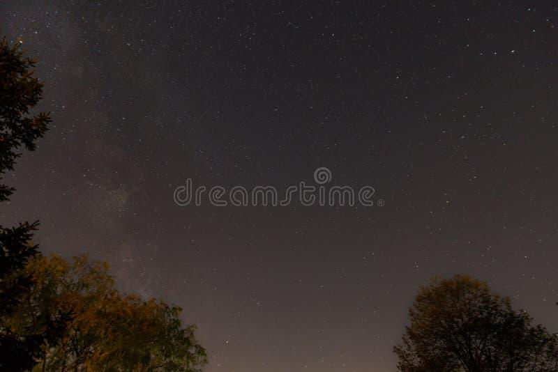 Sterrige hemel met één of andere vallende sterren en melkachtige manier royalty-vrije stock foto