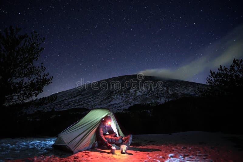 Sterrige Hemel op de Mens en Tent in de Winter Etna Park royalty-vrije stock foto's