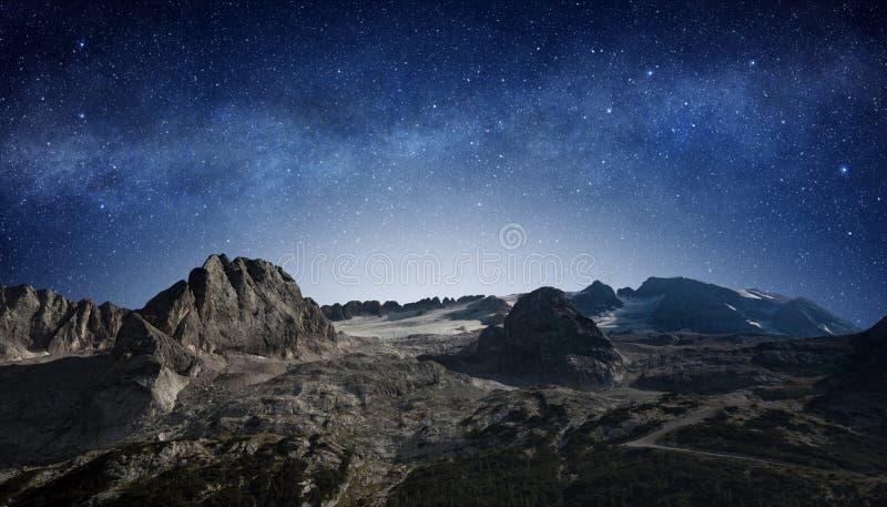 Sterrige hemel op het gebied van de bergwildernis stock afbeelding