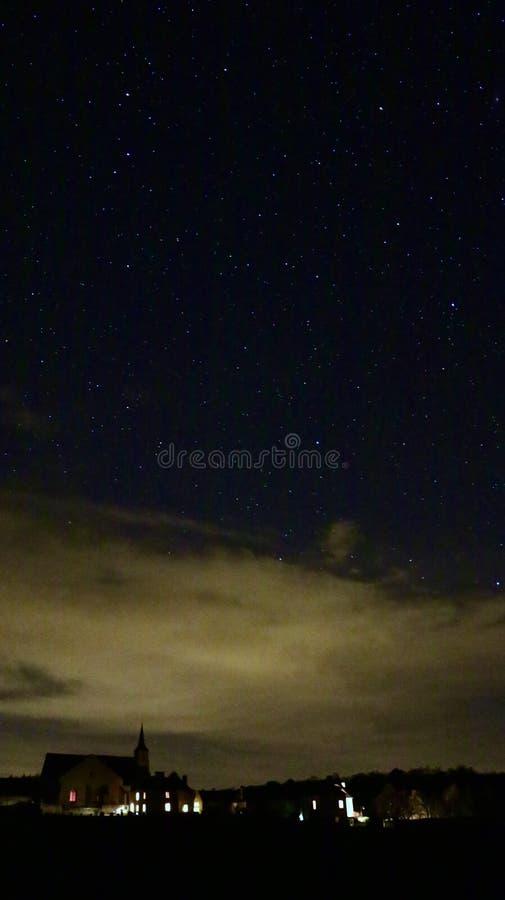 Sterrige hemel over kleine landelijke stad in Franse contryside stock foto's