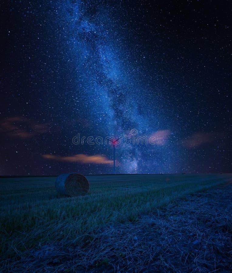 Sterrige hemel over stoppelveld, fijn kunstlandschap stock afbeelding