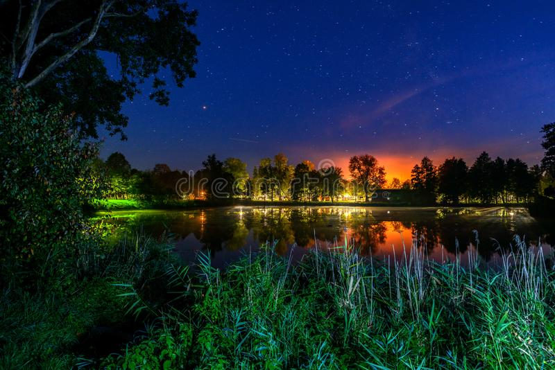Sterrige nacht door het meer royalty-vrije stock foto