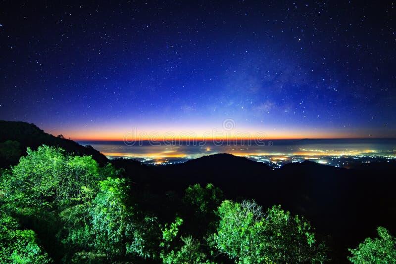 Sterrige nachthemel bij Monson-gezichtspunt Doi AngKhang en melkachtige maniermelkweg met sterren en ruimtestof in het heelal royalty-vrije stock afbeeldingen