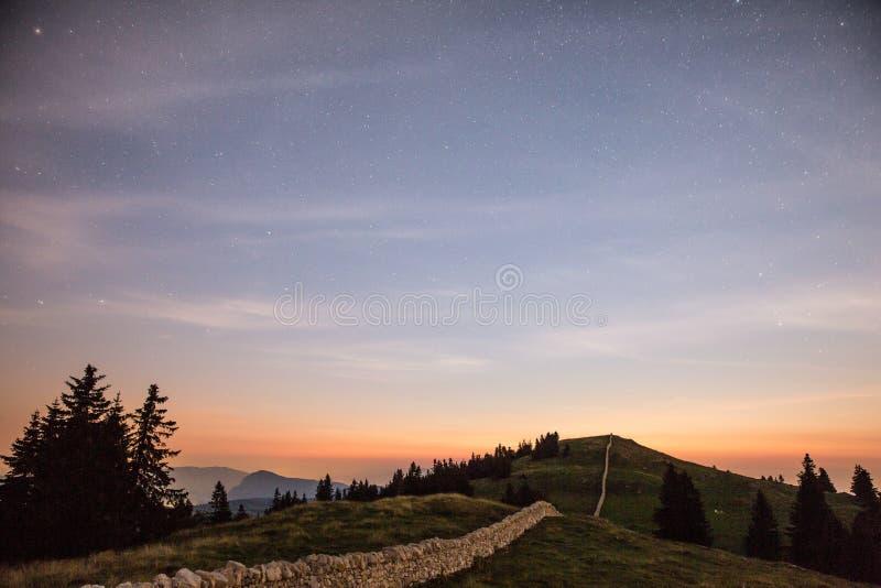 Sterrige Nachthemel en Shooting Stars over Bergen stock foto