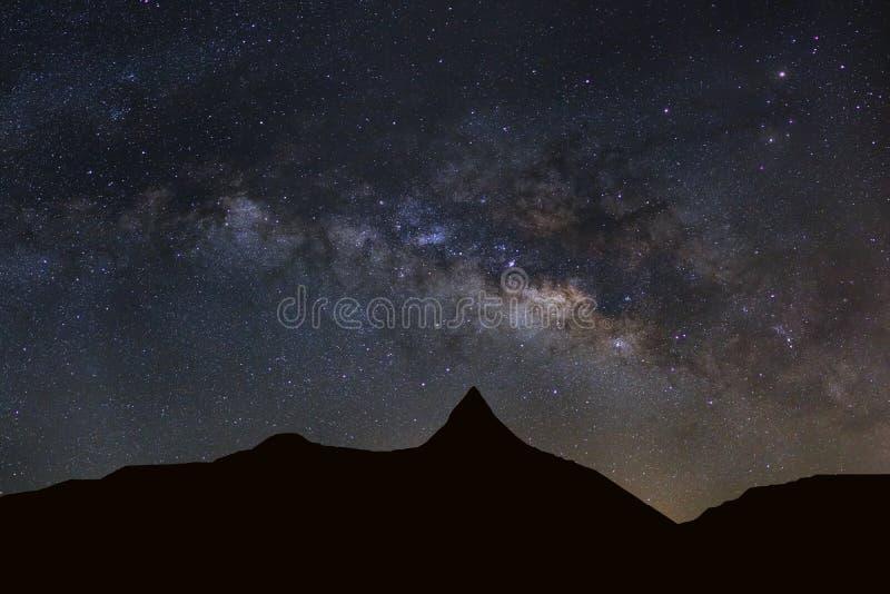 Sterrige nachthemel met hoge moutain en melkachtige maniermelkweg met sta stock afbeelding