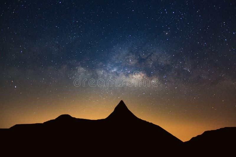 Sterrige nachthemel met hoge moutain en melkachtige maniermelkweg met sta stock foto's