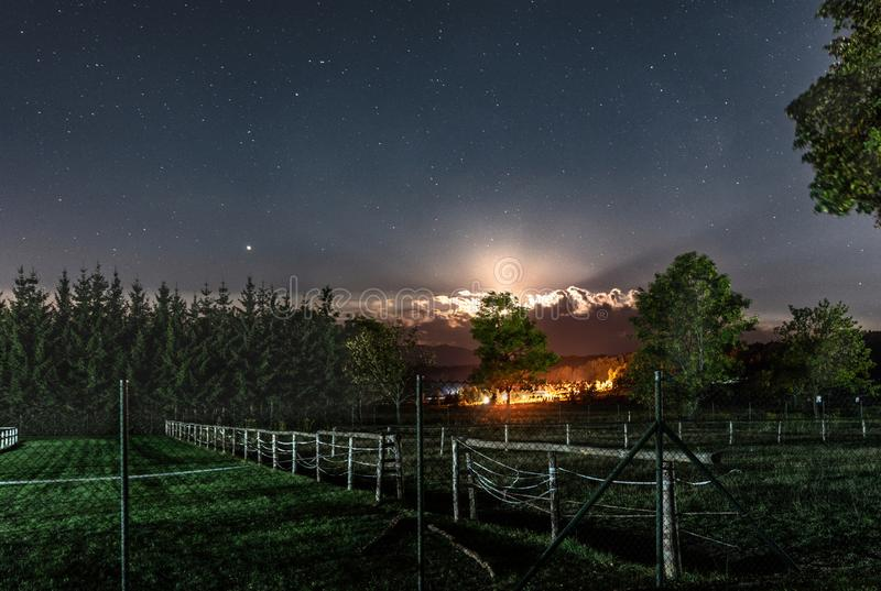Sterrige nachthemel in openlucht stock afbeeldingen