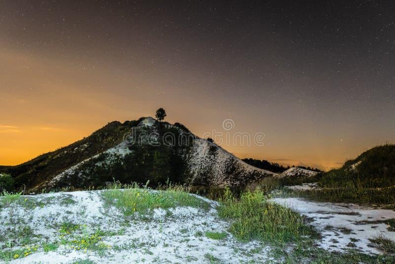 Sterrige nachthemel over de hoge krijtheuvel Het natuurlijke landschap van de nacht royalty-vrije stock fotografie