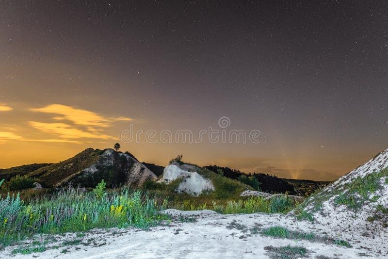 Sterrige nachthemel over de witte krijtachtige bergen Natuurlijk landschap Nachtmening van de krijtheuvels royalty-vrije stock afbeeldingen