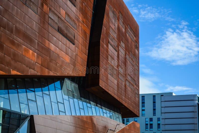 ?sterrike vienna Ekonomiskt universitet 2 03 2019 Modern ovanlig arkitektur Den akademiska byggnaden fr?n ark av rostig metall arkivbild