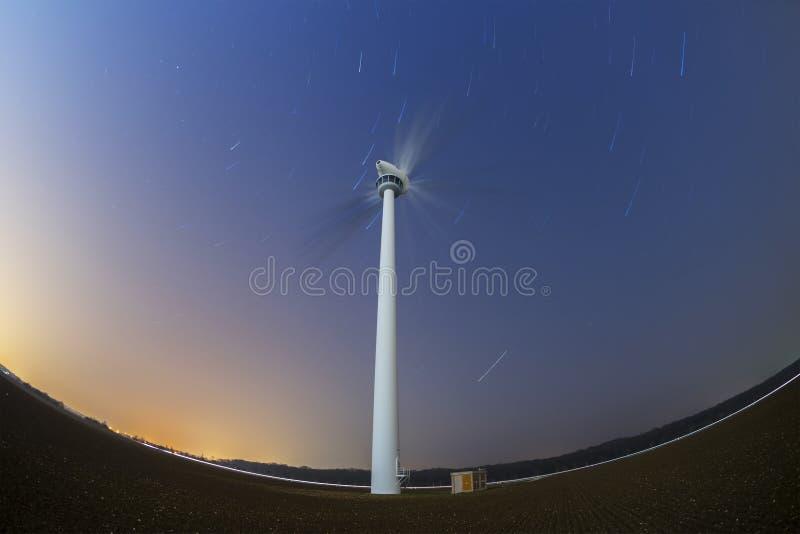 Stersleep en windgenerator royalty-vrije stock foto