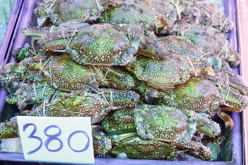 Sterta ?wiezi Denni b??kitni p?ywaczka kraby przy rybiego rynku jetty Dla owoce morza, jedzenie, kuchnia zdjęcia royalty free