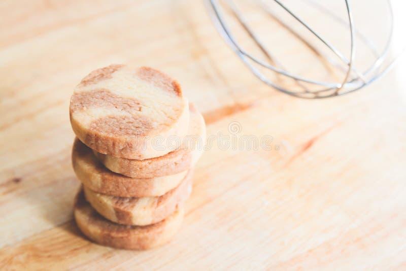 Sterta świezi piec domowej roboty maseł ciastka na drewnianej desce obrazy stock