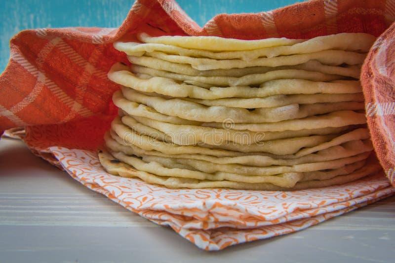 Sterta Świezi Tortillas Zakrywający Pomarańczową pieluchą obraz stock