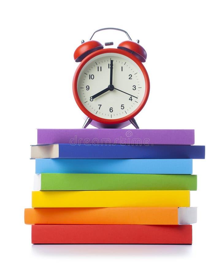 Sterta barwione książki z budzikiem zdjęcie stock