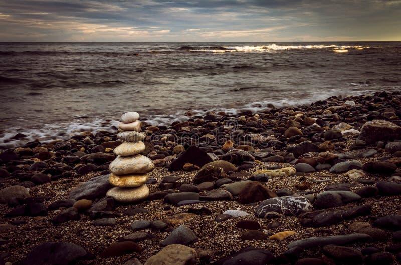 Sterta biel kamienie na skalistej plaży obraz royalty free