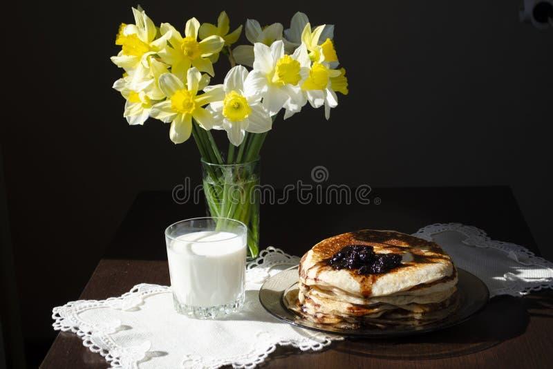 Sterta bliny z blackcurrant przyskrzyniają w talerzu na czerń stole, wyśmienicie deser dla śniadania obrazy stock