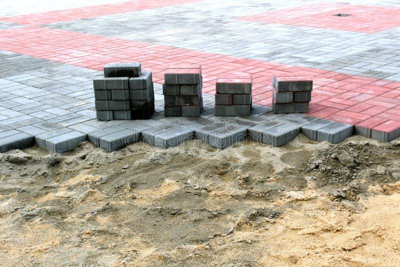 Sterta bruków kamienie przy miejscem drogowe pracy Budowa i naprawa chodniczek zdjęcie royalty free