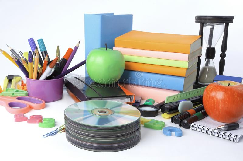 Sterta cd i szkolne dostawy odizolowywający na białym tle Fotografia z kopii przestrzenią zdjęcie stock
