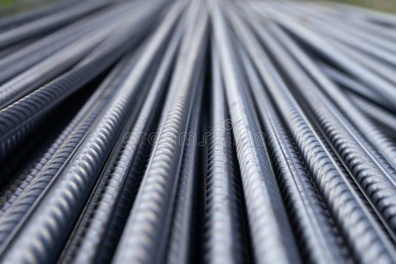 Sterta ciężkiego metalu wzmacnienia bary z okresową profilową teksturą Zamyka w górę stalowej budowy armatury Abstrakcjonistyczny zdjęcia stock