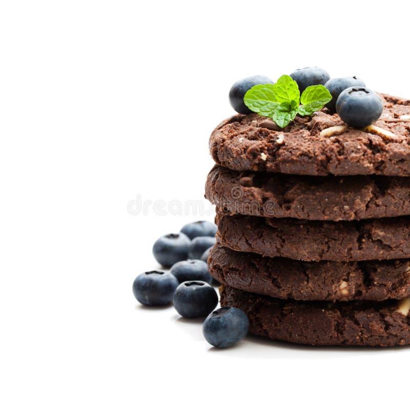 Sterta ciemni czekoladowi ciastka z świeżą czarną jagodą odizolowywał o zdjęcia royalty free