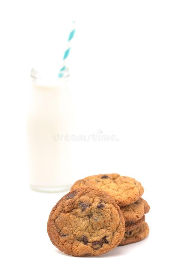 Sterta Czekoladowego układu scalonego ciastka i Szklany słój mleko zdjęcie stock