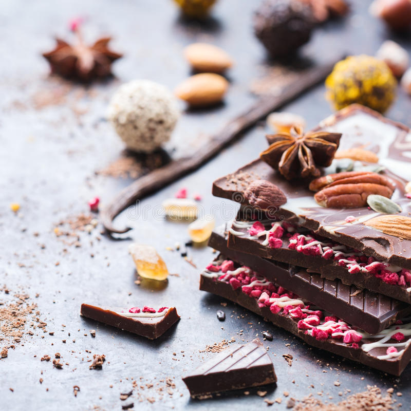 Sterta czekoladowi bary i praline trufla zdjęcia royalty free