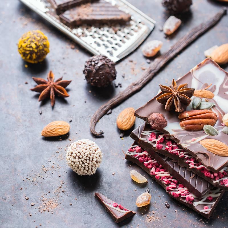 Sterta czekoladowi bary i praline trufla obraz royalty free