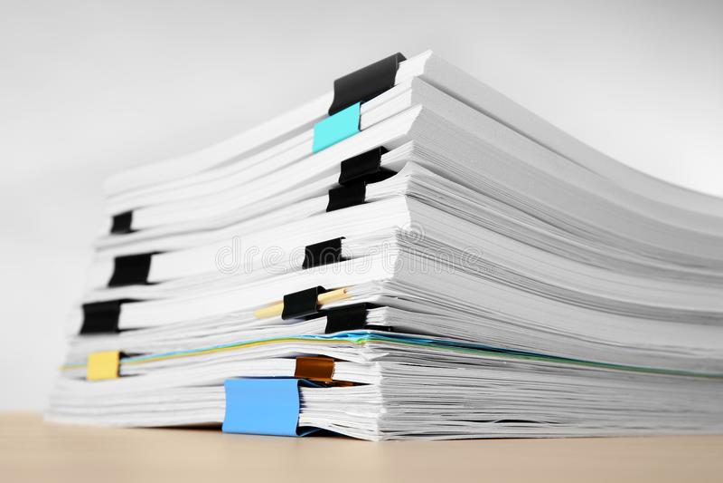 Sterta dokumenty na stole zdjęcie stock