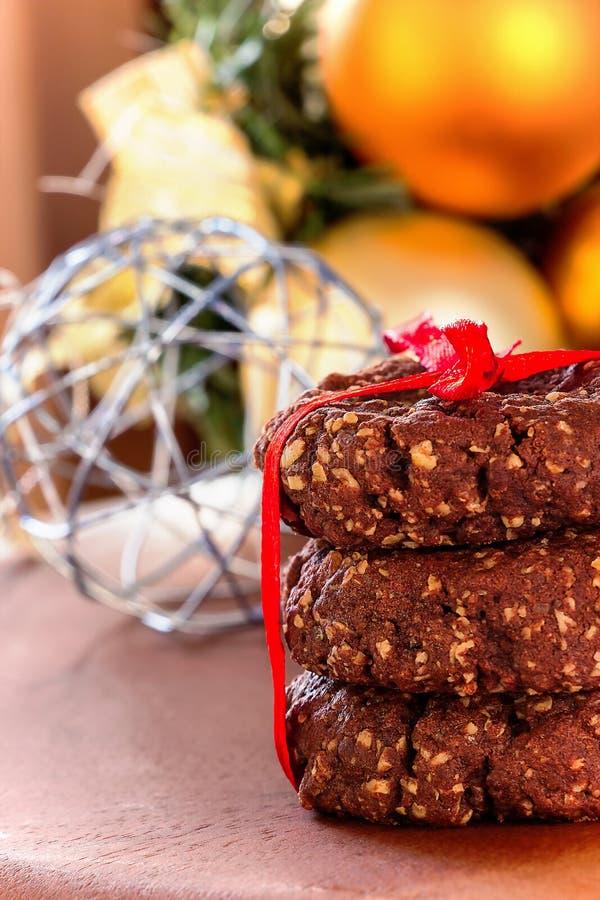 Sterta domowej roboty zdrowi czekoladowi dokrętka owsów ciastka na drewnianym tle Bożenarodzeniowy pojęcie Selekcyjna ostrość zdjęcia royalty free
