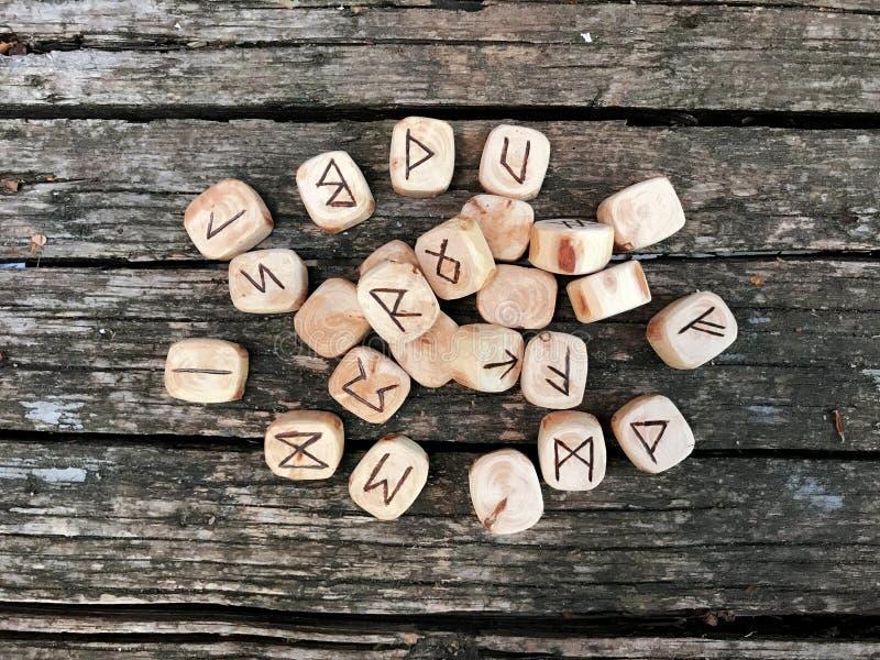 Sterta drewniani runes przy lasowymi Drewnianymi runes kłama na starym drewnianym tle Runes cią od drewnianych bloków Na each zdjęcia royalty free