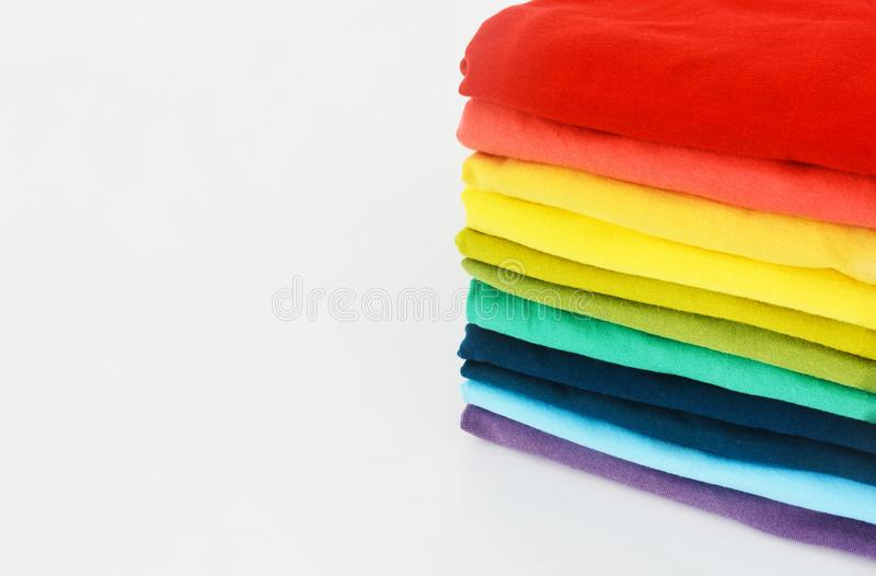 Sterta fałdowa kolorowa koszulka na białym tle zdjęcie royalty free