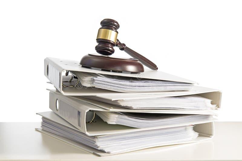 Sterta falcówki i sędziego młoteczek na biurku, odizolowywająca na whit zdjęcia stock
