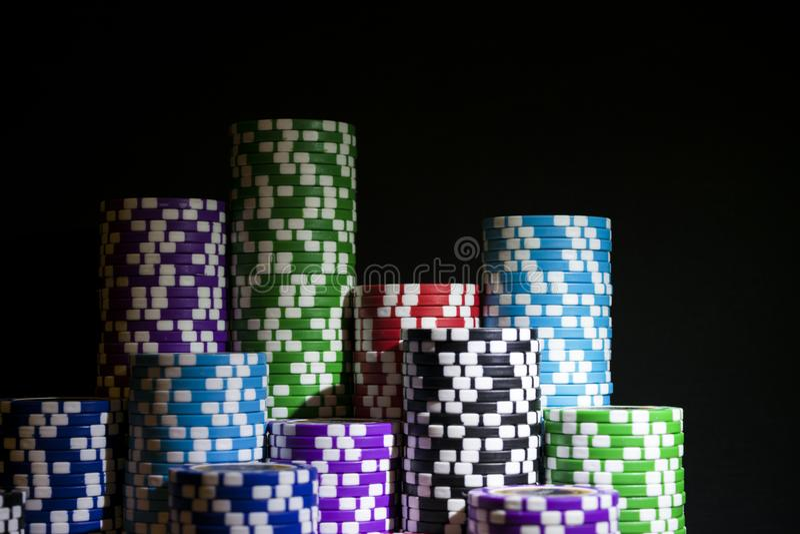 Sterta grzebaków układy scaleni na zielonym hazardu grzebaka stole przy kasynem Partii pokeru pojęcie Bawić się grę z kostka do g fotografia stock