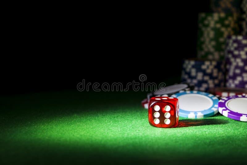 Sterta grzebaków układy scaleni na zielonym hazardu grzebaka stole z grzebaków kostka do gry przy kasynem Bawić się grę z kostka  zdjęcie stock