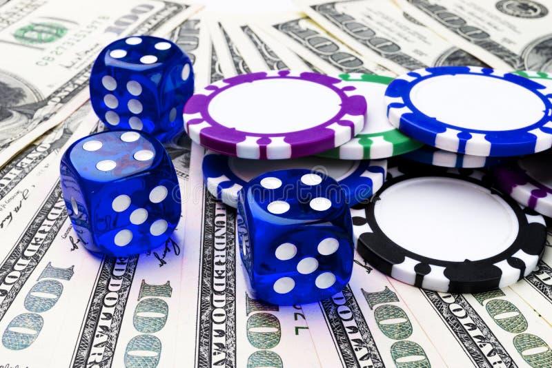 Sterta grzebaków układy scaleni z błękitnymi kostka do gry rolkami na dolarowi rachunki, pieniądze Grzebaka stół przy kasynem Par zdjęcie stock
