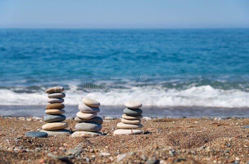 Sterta kamienie na Petra tou Romiou lub Aphrodite skały plaży, Cypr obrazy royalty free