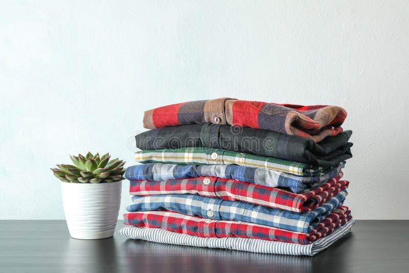 Sterta kolorowe koszula i tłustoszowata roślina na stole obraz stock