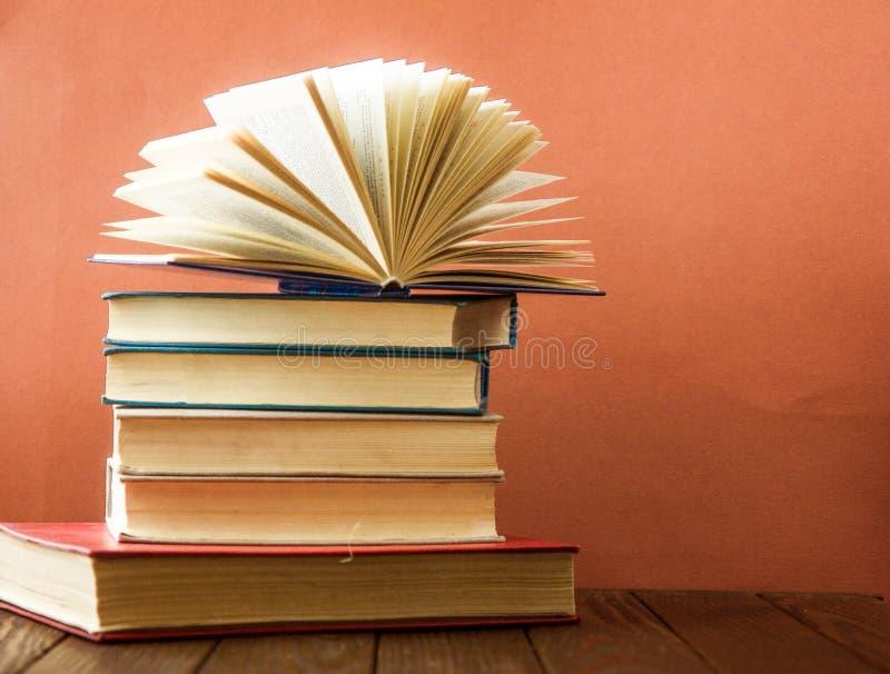 Sterta kolorowe książki Edukaci tło tylna szkoły Książka, hardback kolorowe książki na stole Edukacja fotografia royalty free