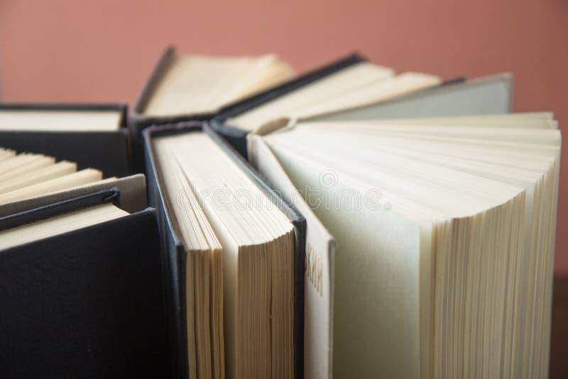 Sterta kolorowe książki Edukaci tło tylna szkoły Książka, hardback kolorowe książki na stole Edukacja obraz stock