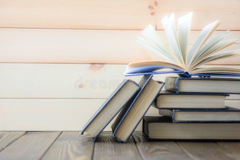 Sterta kolorowe książki Edukaci tło tylna szkoły Książka, hardback kolorowe książki na stole Edukacja zdjęcia royalty free