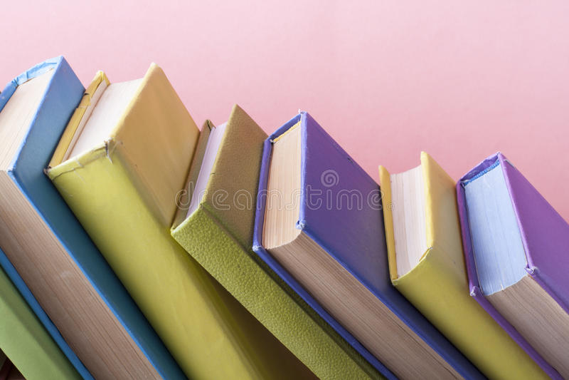 Sterta kolorowe książki Edukaci tło tylna szkoły Odbitkowa przestrzeń dla teksta zdjęcie royalty free