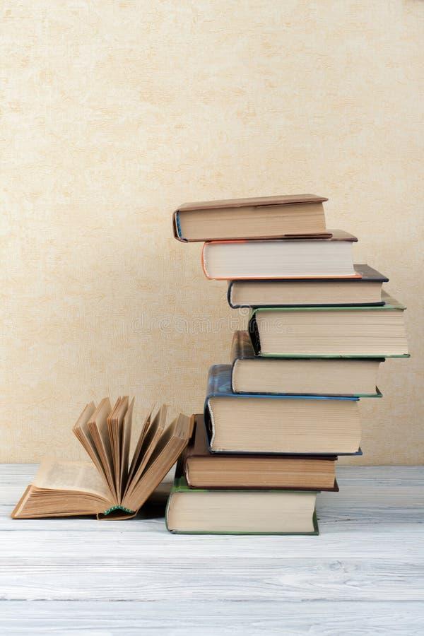 Sterta kolorowe książki Edukaci tło tylna szkoły Rezerwuje, hardback kolorowe książki na drewnianym stole Edukacja fotografia stock