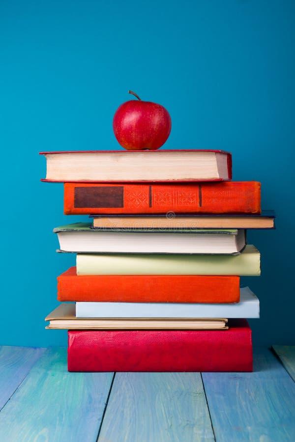 Sterta kolorowe książki, grungy błękitny tło, bezpłatnej kopii przestrzeń zdjęcie stock