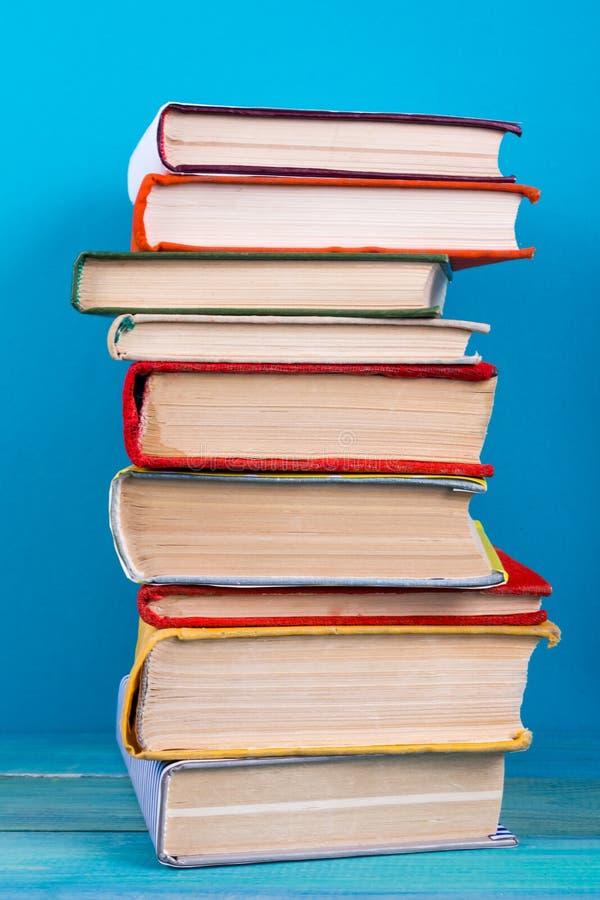 Sterta kolorowe książki, grungy błękitny tło, bezpłatnej kopii przestrzeń obrazy stock