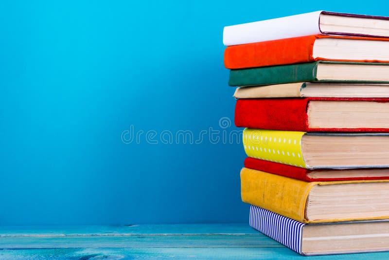 Sterta kolorowe książki, grungy błękitny tło, bezpłatnej kopii przestrzeń zdjęcia royalty free