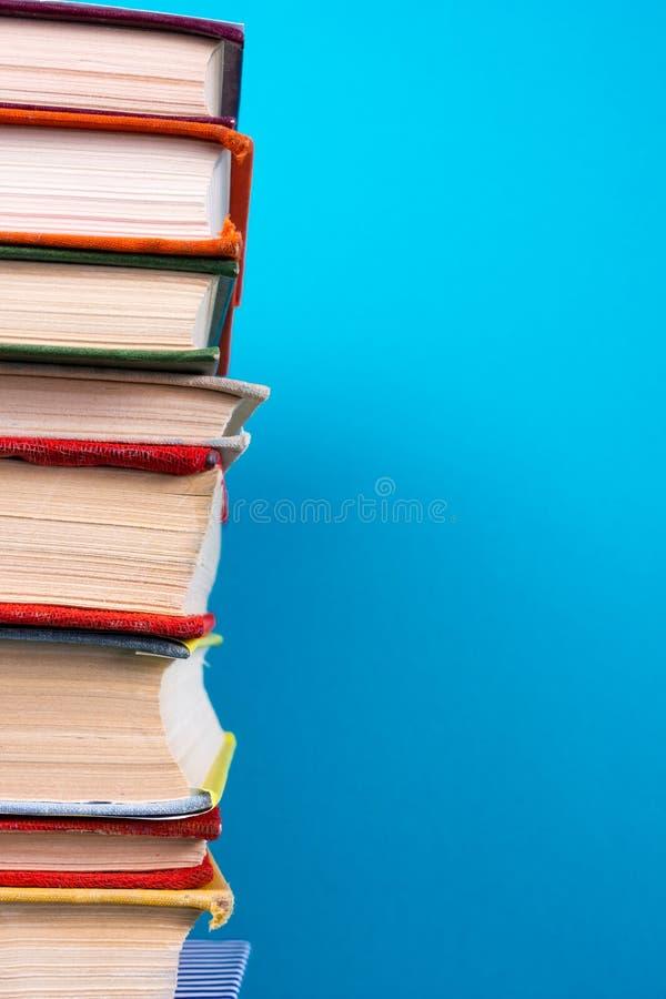 Sterta kolorowe książki, grungy błękitny tło, bezpłatnej kopii przestrzeń fotografia stock