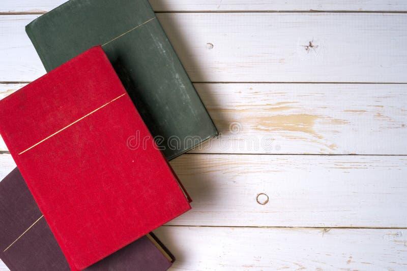 Sterta kolorowe książki, grungy błękitny tło, bezpłatnej kopii przestrzeń zdjęcia stock