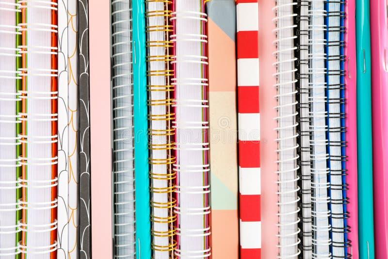 Sterta kolorowe książki i copybooks jako tło zdjęcia stock