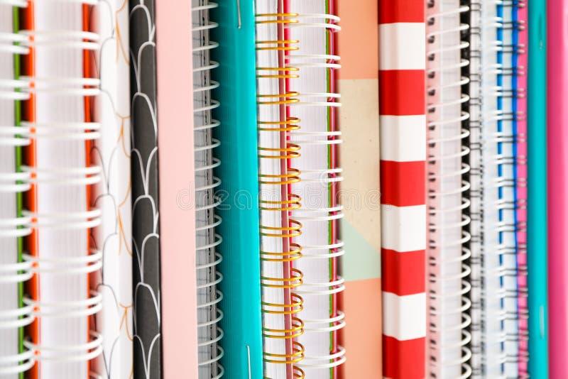 Sterta kolorowe książki i copybooks jako tło zdjęcie royalty free